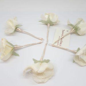 Agujón con flor de tull en beis